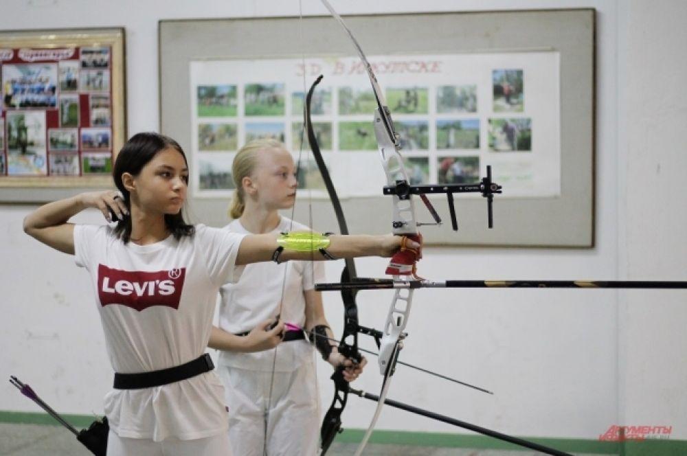 Юная участница соревнований по стрельбе из лука.