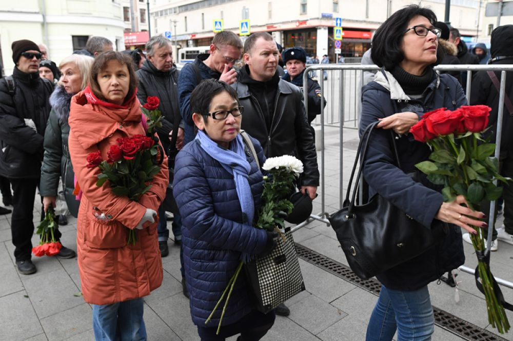 Люди несут цветы к зданию театра «Ленком».