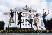 Фотовыставка «За кулисами», показывающая настоящую, не приукрашенную гримом и актёрской игрой жизнь балетных артистов.