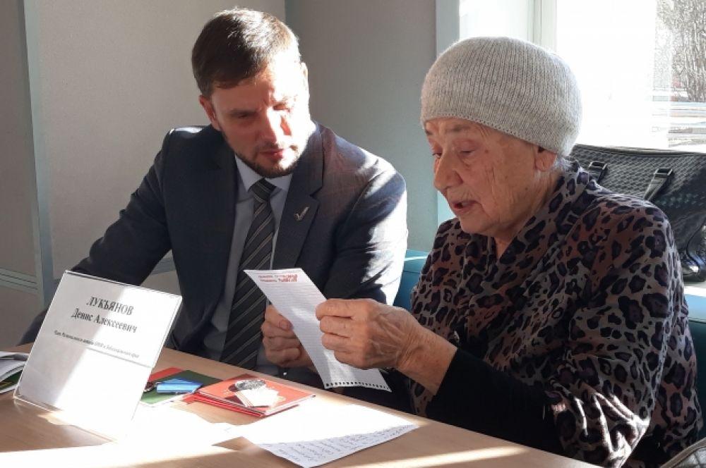 Тамара Наумова подняла вопрос о том, почему нельзя получать льготы или выплаты сразу по двум позициям: например, как инвалид и ветеран труда.