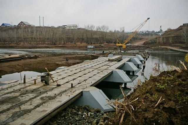 Мост длиной 185 метров начали строить летом взамен разрушенного ледоходом весной этого года.