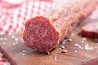 Колбаса может привести к развитию заболеваний сосудов.
