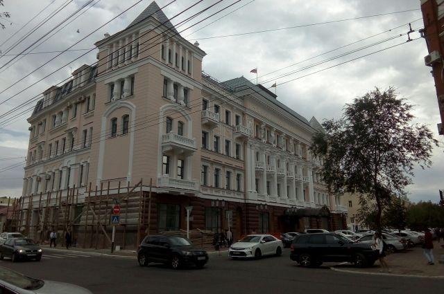 В Оренбурге на заседании городского совета обсуждаются условия конкурса на должность мэра.
