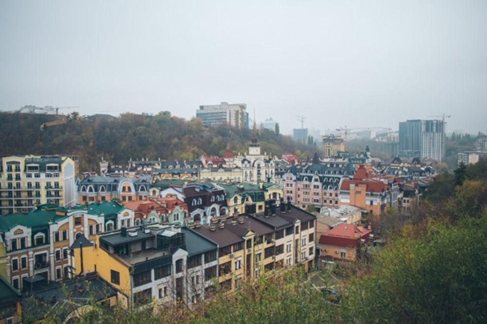 Киев днем в тумане. Такое чувство, что город еще дремлет и не спешит просыпаться ото сна.