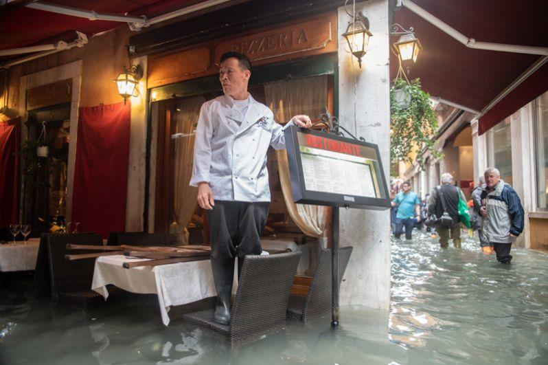 Официант в одном из венецианских кафе.