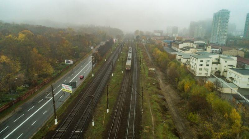 Движение не останавливается ни на секунду. Киев живет своей жизнью, а желтые осенние деревья полностью в тумане.