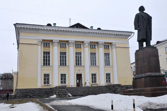 В 2011 году здание главной библиотеки Удмуртии закрыли из-за аварийного состояния.