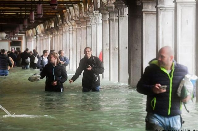 Улыбки и мокрые штаны: Венецию накрыл небывалый потоп