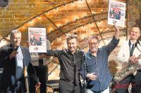 После «Квартирника» главный редактор «АиФ» Игорь Черняк (крайний слева) подарил Маргулису и Сюткину первые полосы еженедельника с их фотографиями.