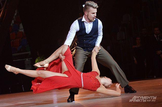 Танец допускает любые формы, стили и трюки.