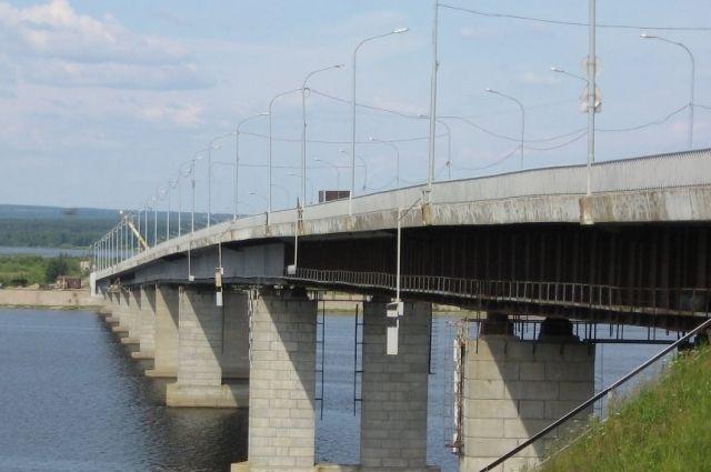 Для повышения безопасности строители укрепили одну из опор моста.