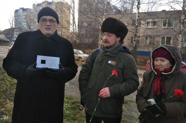 Мемориальные знаки установили на фасаде одного из корпусов Пермского гуманитарно-педагогического университета и на доме, расположенном на улице Крупской, 9.