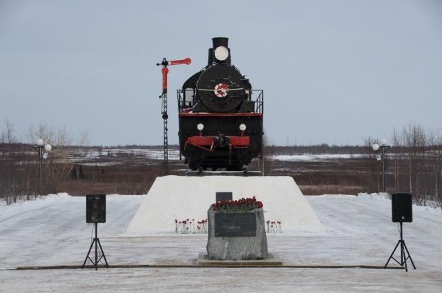 Салехардцы почтили жертв политических репрессий у мемориала «501-я стройка»