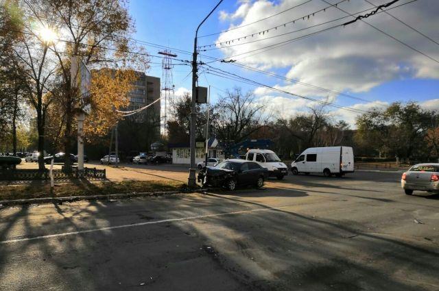 В центре Оренбурга в ДТП пострадала иномарка.