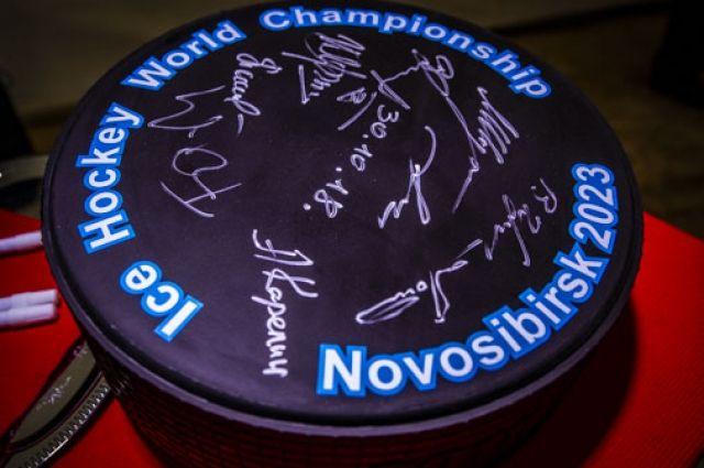 На большой шайбе оставили автографы участники церемонии.