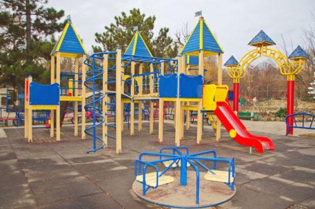 Красивые городки без стен для жильцов и их детей, для себя в УК предпочитали недвижимость по-крепче.
