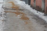 Песок на тротуаре пока редкость.
