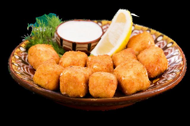 Жареный сыр рекомендуют подавать с различными соусами.