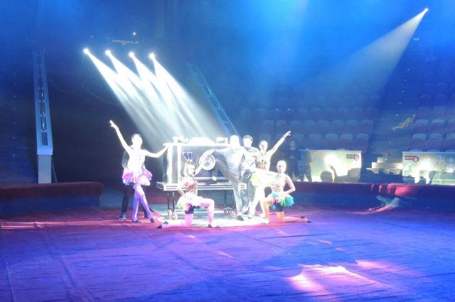 Акробаты на арене.