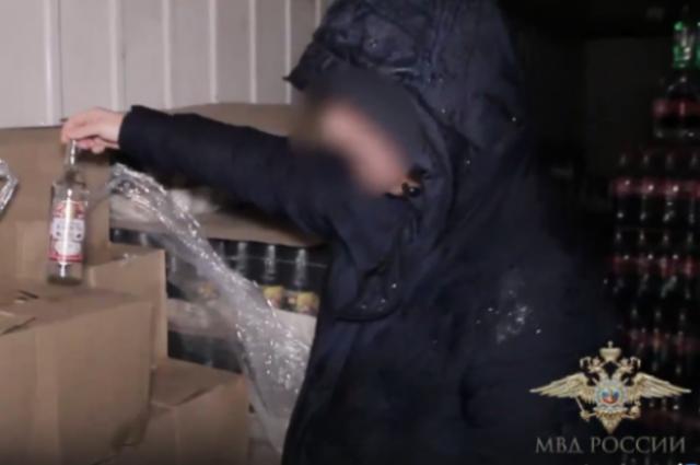 В Калининграде раскрыли склад контрафактного алкоголя и сигарет.