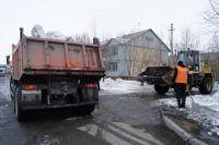 На улицах Салехарда срезают ледяные наросты и чистят до бордюрного камня