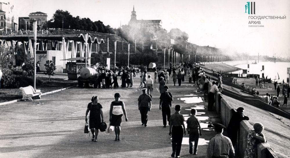 Пермяки гуляют по набережной, район Речного вокзала,1980-е годы.