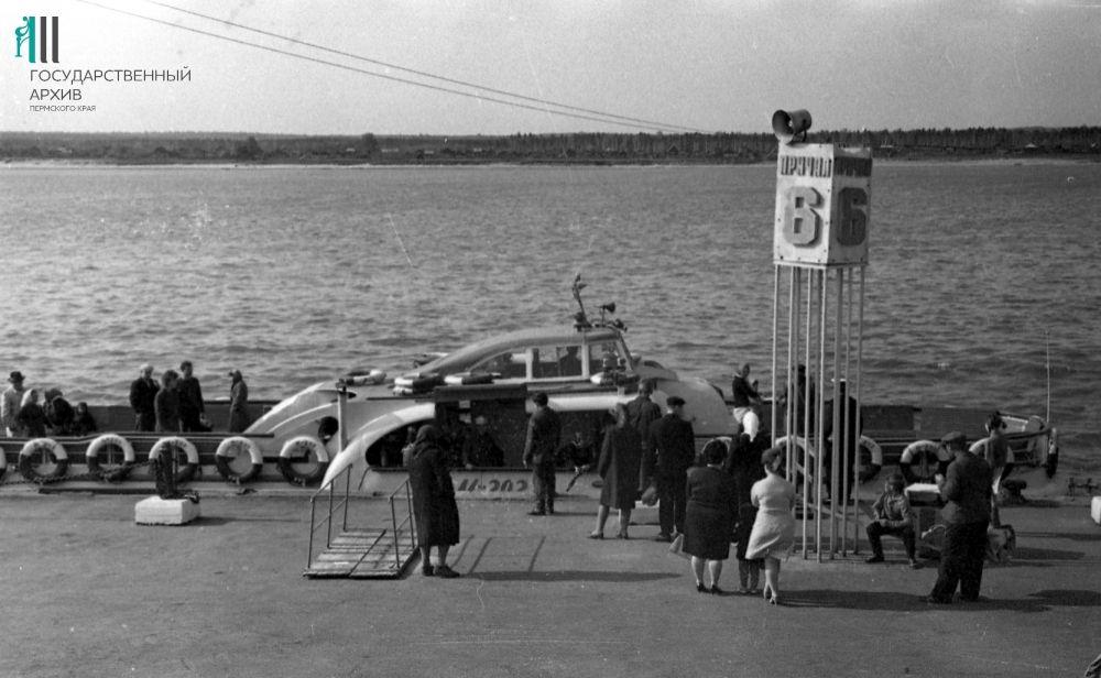 Речной прогулочный теплоход «Москвич-202» у причала №6, 1967 год.