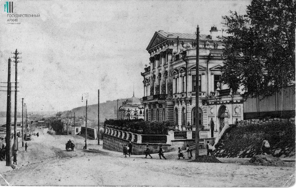 Дом Н.В.Мешкова на улице Монастырской, 11 и набережная Камы. Начало XX века.