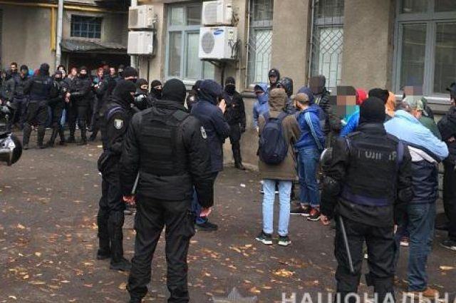 Полиция задержала два десятка молодых людей с оружием в центре Киева