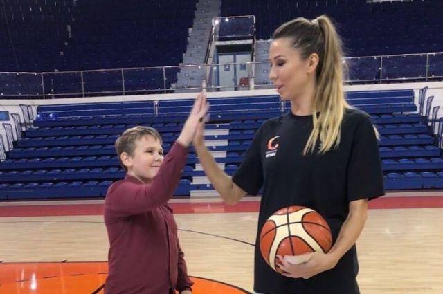 Капитан баскетбольного клуба УГМК, чемпионка Евролиги и России Евгения Белякова провела для екатеринбургского пятиклассника персональную тренировку.