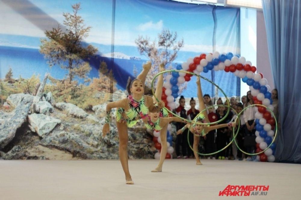 В секцию художественной гимнастики записываться начинают с малых лет.