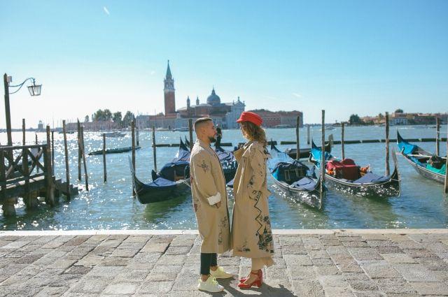 Пленка теплая, как память: MONATIK гуляет по Венеции и прыгает в каналы в новом клипе «Зашивает душу»