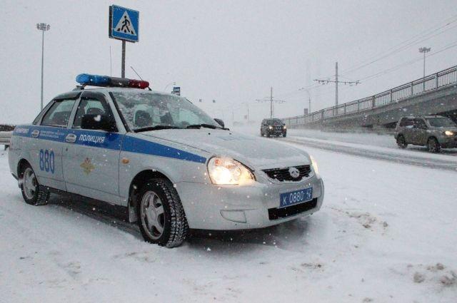 Инспекторы ГАИ призывают пешеходов и автомобилистов быть осторожнее и внимательнее на зимней дороге.