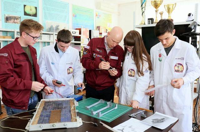 Кирилл Попко (на фото в центре) на занятиях со своими подопечными.