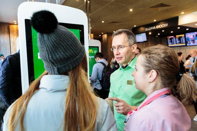 Генеральный директор Макдоналдс в России Марк Карена обслуживает посетителей.