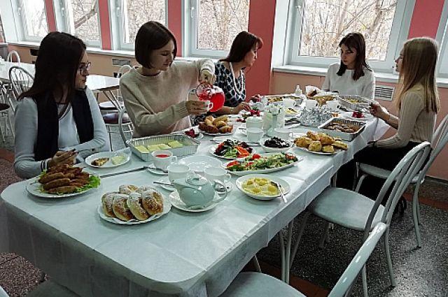 Комбинат готовит для школ Красноярска.