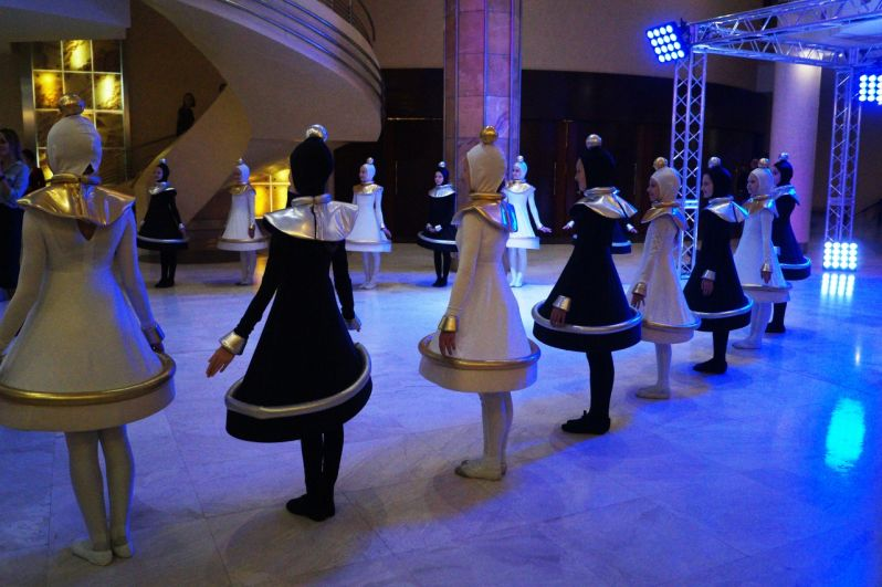 В холле КТЦ Югра-Классик гостей и участников чемпионата приветствовали актеры в костюмах шахматных фигур.