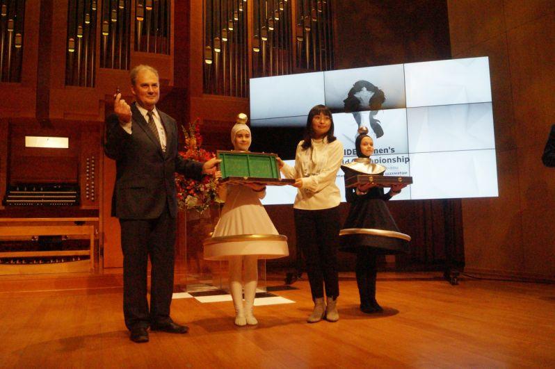 Во время церемонии открытия действующая чемпионка мира по шахматам Цзюй Вэньцзюнь из Китая методом жеребьёвки определила что все нечетные номера будут завтра начинать играть чёрными.