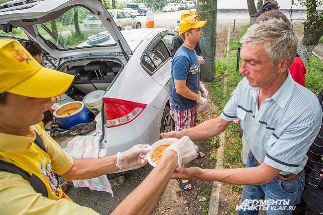 Бесплатная раздача еды помогает выжить тем, кто оказался в беде.