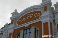 Новое здание театра выглядит монументально.