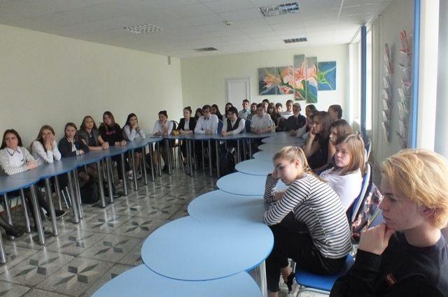 В Орске сотрудники полиции провели с учащимися техникума круглый стол.