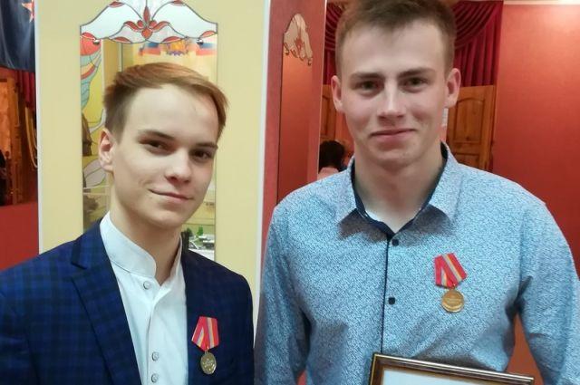 Среди награжденных медалями «За спасение жизни» - Никитин Владислав и Алексеев Вячеслав.