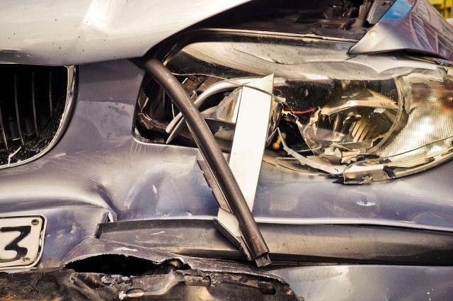 Легковой автомобиль превратился в кучу металлолома.