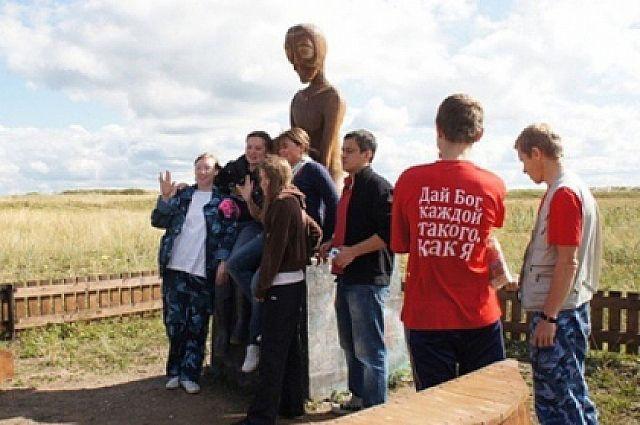 Возле памятника инопланетянину Алёшеньке делали фото гости посёлка, а недавно он пропал со своего постамента.