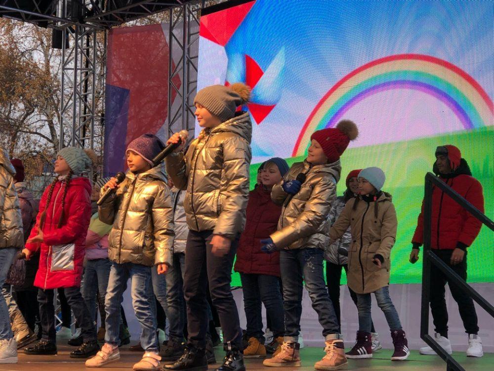 На сцене - юные таланты тюменского края.