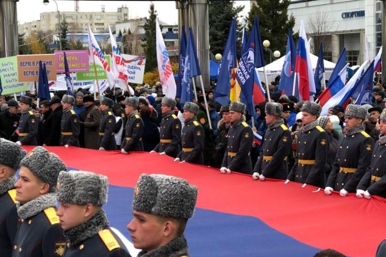 Огромный российский триколор развернули на площади.