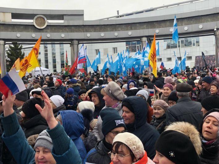 Тюменцы собрались с лозунгами, флагами и транспарантами.