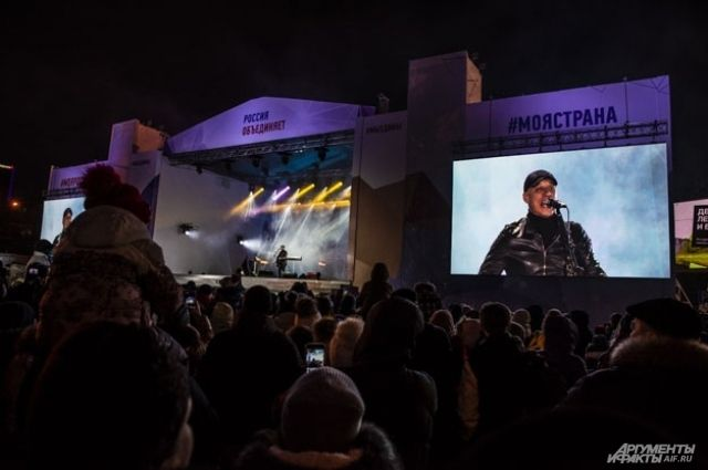 Легкий мороз не помешал новосибирцам собраться на площади Ленина.