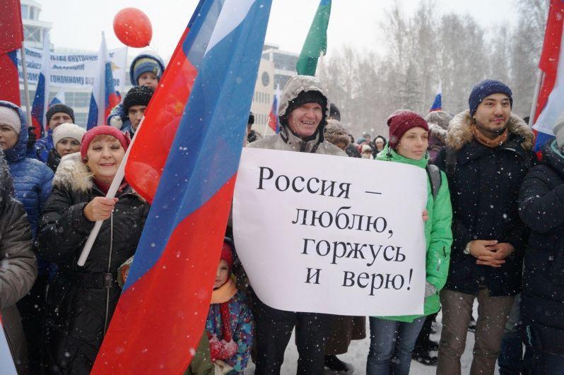 Многие пришли с плакатами, флагами и воздушными шарами.