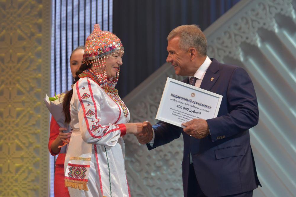 Рустам Минниханов вручил денежные сертификаты народным творческим коллективам республики.